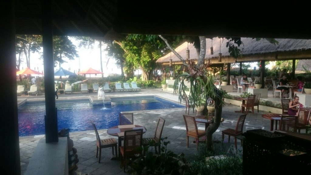 バリ島での朝食はプールサイドのレストラン