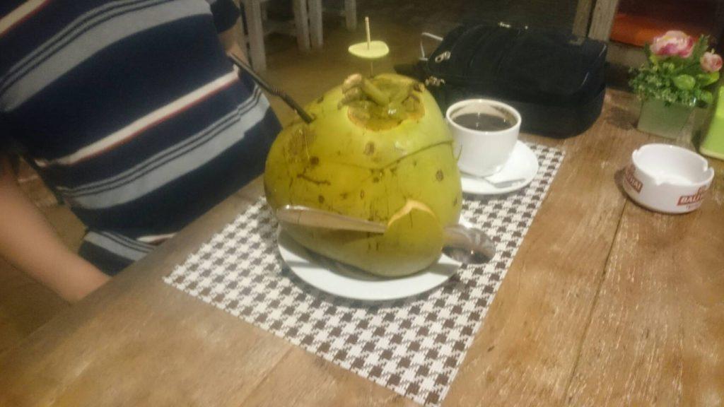 バリ島でココナッツドリンク